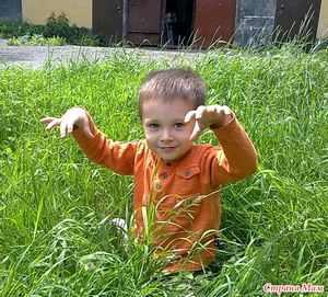 Ребенок какает орешками